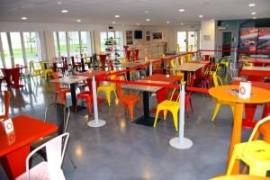 Profitez de notre salle de réception. Jusqu'à 120 couverts assis et 200 personnes en cocktail dînatoire.